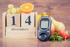 Feche el 14 de noviembre, el glucometer para comprobar el nivel y las frutas del azúcar con las verduras, el día de la diabetes d imagen de archivo libre de regalías