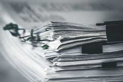feche extreamly acima do empilhamento do documento de trabalho do escritório com dobrador do clipe de papel fotos de stock