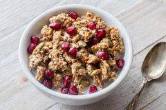 Feche no café da manhã saudável do Granola com sementes e colher da romã fotografia de stock