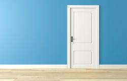 Feche a porta de madeira branca na parede azul, assoalho de madeira branco Fotos de Stock