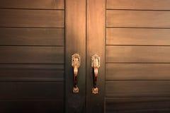 Feche a porta dourada na casa foto de stock royalty free