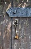 Feche a suspensão em uma porta de madeira velha Imagens de Stock