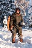 Fechmistrz w zima lesie w dziejowym opancerzeniu Fotografia Royalty Free