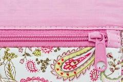 Fecho de correr cor-de-rosa em um fundo do saco Fotos de Stock Royalty Free