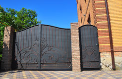 fechten Gebäude-Granit-Zaun mit Design-dekorativem gebrochenem wildem Stein Lizenzfreies Stockbild