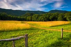 Fechten Sie und Feld an der Cades Bucht, Great Smoky Mountains-Staatsangehöriger Lizenzfreies Stockfoto