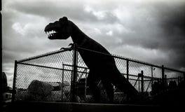 Fechtująca się Tyrannosaurus rzeźba Obrazy Stock