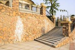 Fechtujący się schody przed europejczyka stylu budynkiem w pogodnej jesieni a Zdjęcia Royalty Free