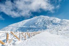Fechtujący się wycieczkujący ścieżkę Snezka góra na słonecznym dniu w zimie, Gigantyczne góry Krkonose, republika czech obraz stock
