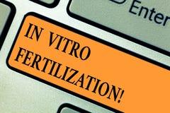 Fecundação do texto da escrita in vitro Conceito que significa a série complexa de procedimentos usados para tratar o teclado da  imagem de stock