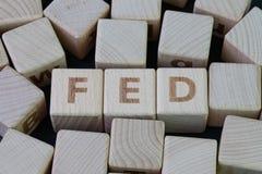 FED Federal Reserve begrepp, kubträkvarter med alfabetet som bygger ordet FED på mitten på mörk svart tavlabakgrund, arkivbilder