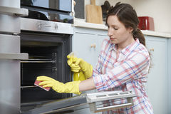 Fed Up Woman Cleaning Oven a casa immagini stock