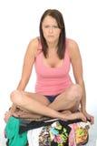 Fed Up Young Woman Sitting infeliz triste en una maleta que parece desgraciada Imagen de archivo libre de regalías
