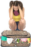 Fed Up Young Woman Trying enojado frustrado para cerrar su maleta Imagenes de archivo