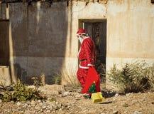 Fed upp jultomten arkivbild