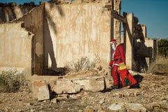 Fed upp jultomten royaltyfri bild