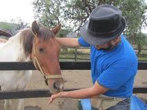 Fedding ένα άλογο Στοκ φωτογραφία με δικαίωμα ελεύθερης χρήσης