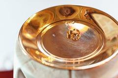Fede nuziale classica dell'oro su un piatto di oro Fotografia Stock Libera da Diritti