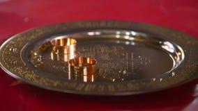 Fede nuziale classica dell'oro su un piatto di oro Fotografie Stock
