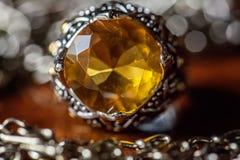 Fede nuziale con argento ed ambra su una tavola fotografia stock