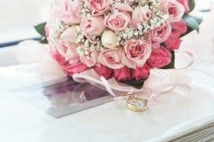 Fede nuziale dell'oro & del diamante su un album di foto Fotografia Stock Libera da Diritti