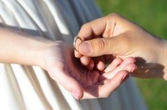 Fede nuziale nella palma della vostra mano Fotografia Stock Libera da Diritti