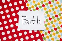 Fede - parola sulla carta variopinta, sulla religione e sul concetto di Dio fotografia stock libera da diritti