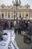 Fedele nel quadrato di St Peter Immagini Stock Libere da Diritti