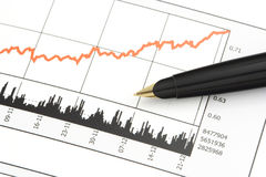 Feder auf Aktienpreis-Diagramm stockfoto