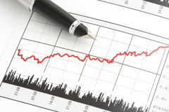 Feder auf Aktienpreis-Diagramm Lizenzfreie Stockfotografie