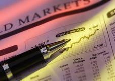 Feder auf Aktienpreis-Diagramm Stockbilder