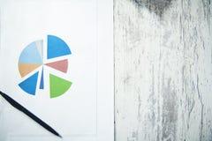 Feder auf Diagramm stockfotos