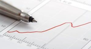 Feder auf Diagramm Stockfoto
