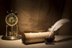 Feder auf dunklem Hintergrund gegen alte Bücher Alte Schreibtischgarnitur mit Feder nahe Rolle und Weinlese stoppen auf Segeltuch Lizenzfreie Stockfotografie