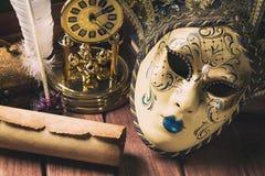 Feder auf dunklem Hintergrund gegen alte Bücher Stillleben mit Feder in der Schreibtischgarnitur, in der Rolle, in der venetianis Stockbild