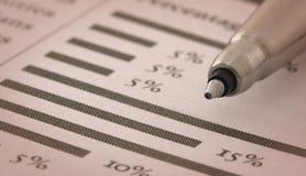 Feder auf Finanzdiagramm Lizenzfreie Stockbilder