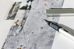 Feder auf Karte Stockbild