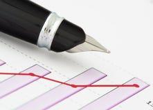Feder auf positivem Einkommendiagramm Lizenzfreie Stockfotos