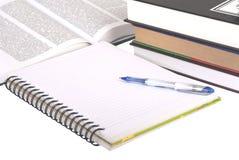 Feder, Bücher und Notizbuch Stockbild