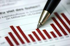 Feder, die Diagramm auf Finanzreport zeigt Stockfotos