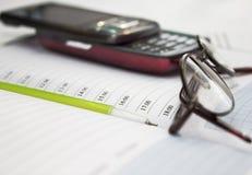 Feder, Handy und Gläser im Aufbau Lizenzfreie Stockfotos