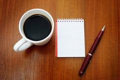 Feder, Notizbuch und Kaffee Lizenzfreies Stockbild
