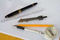Feder plus Zeichnungsnotwendigkeiten Stockbild