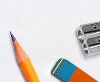 Feder, Radiergummi und Bleistiftspitzer Stockbilder