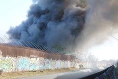 Feder-Rauch u. Flammen des Los Angeles-Schrottplatz-Feuer-2016 Stockfotos