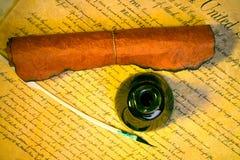 Feder, Tintenfaß und Papier stockbild