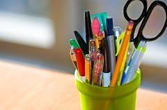 Feder-und Bleistift-Halterung auf Schreibtisch Stockfotografie