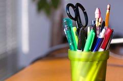 Feder-und Bleistift-Halterung auf Schreibtisch Stockbilder