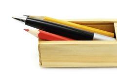 Feder und Bleistifte im Kasten Stockfotografie