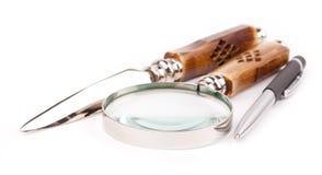 Feder und magnifing Glas Stockbild